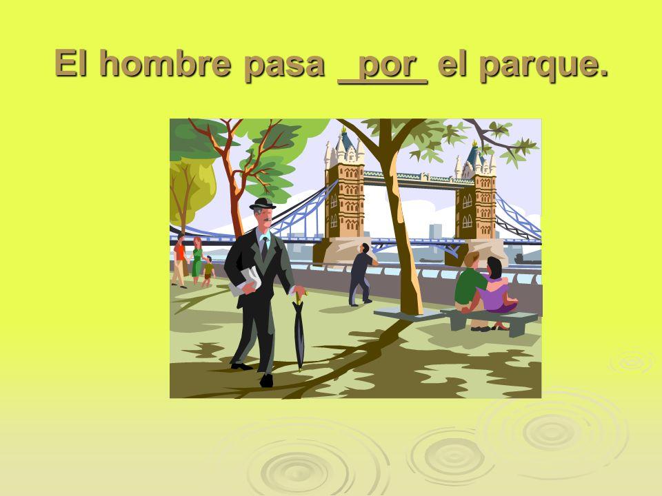 El hombre pasa por el parque.