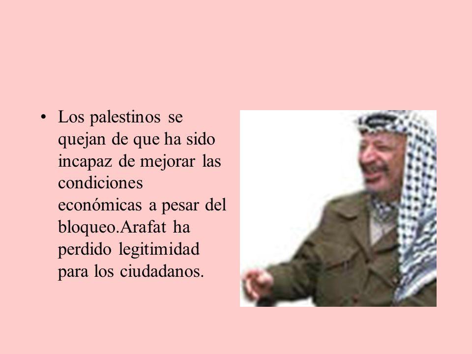 Los palestinos se quejan de que ha sido incapaz de mejorar las condiciones económicas a pesar del bloqueo.Arafat ha perdido legitimidad para los ciudadanos.