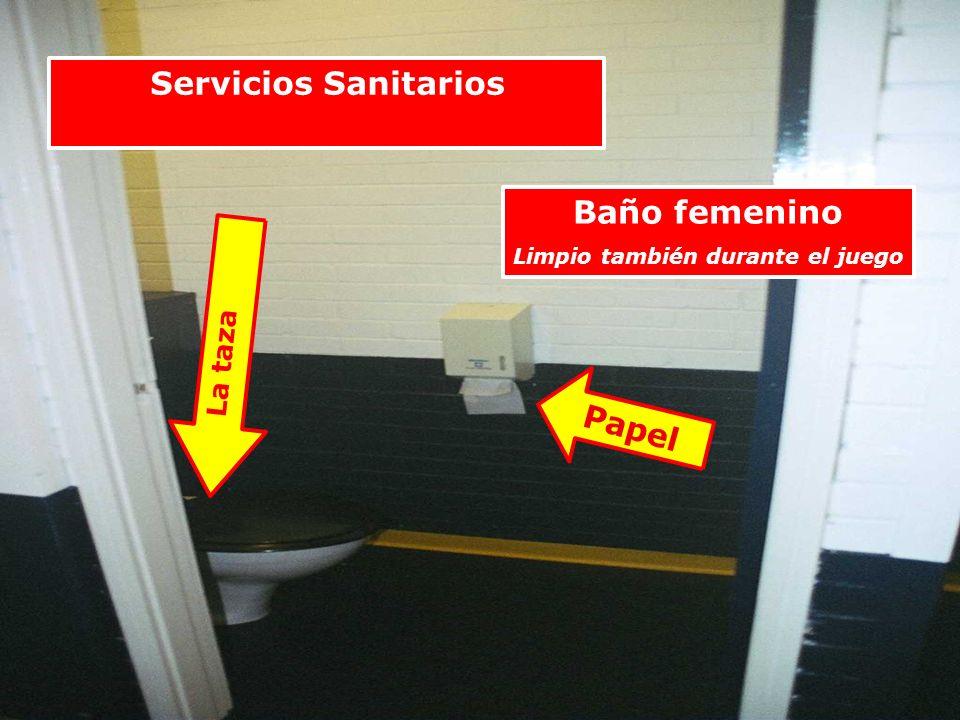 Baño femenino Limpio también durante el juego La taza Papel Servicios Sanitarios