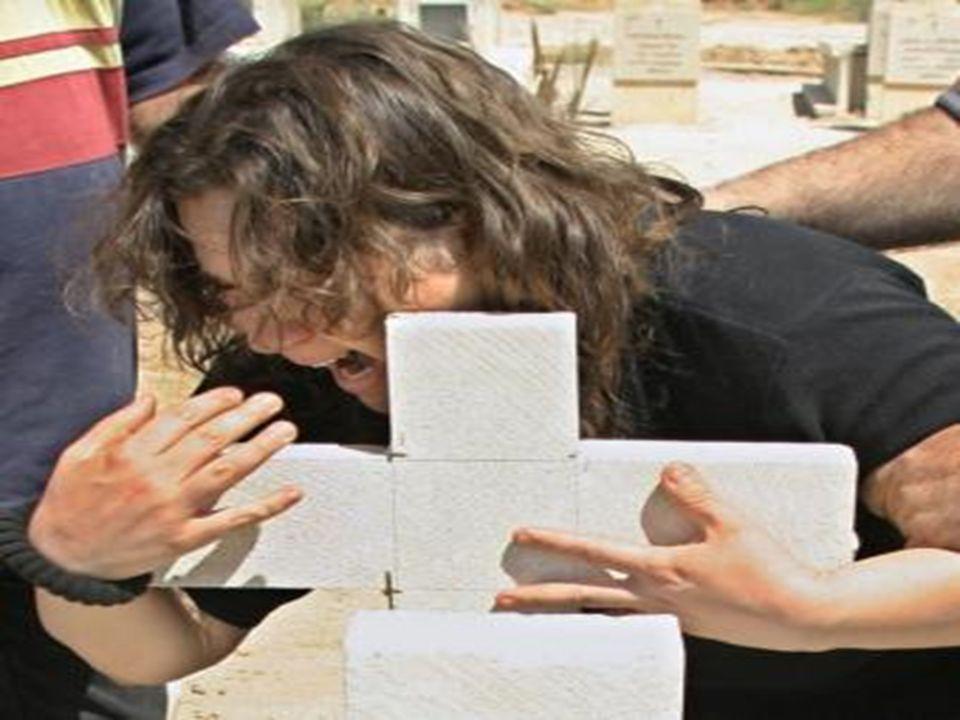 Niñas y Mujeres Cristianas: 1. Por las mujeres y niñas cristianas que muchas veces son forzadas a hacer actos denigrantes, incluso a casarse con musul
