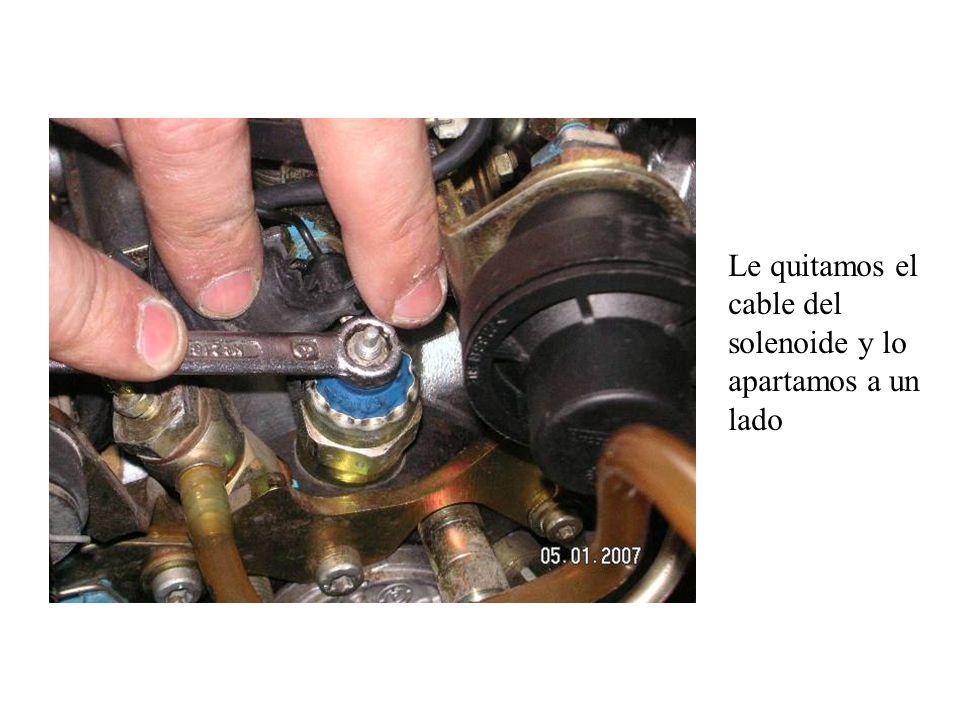 Si nos fijamos vemos que el eje del acelerador se nos ha quedado en el interior de la bomba inyectora, y el eje del ralentí ha salido con la tapa Eje del acelerador Eje del ralentí