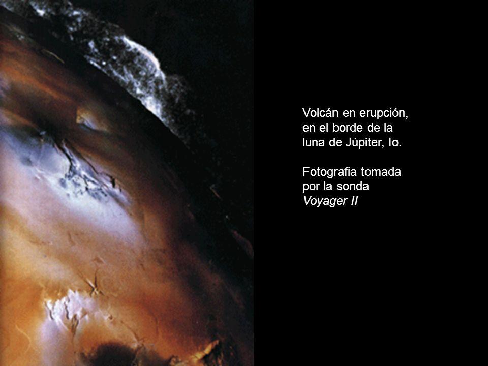 Flujos de agua, discurriendo por el borde de un cráter marciano. Fotografía de la Sonda Mars Global Surveyor
