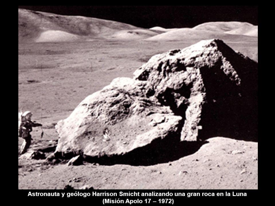 Astronauta y geólogo Harrison Smicht analizando una gran roca en la Luna (Misión Apolo 17 – 1972)