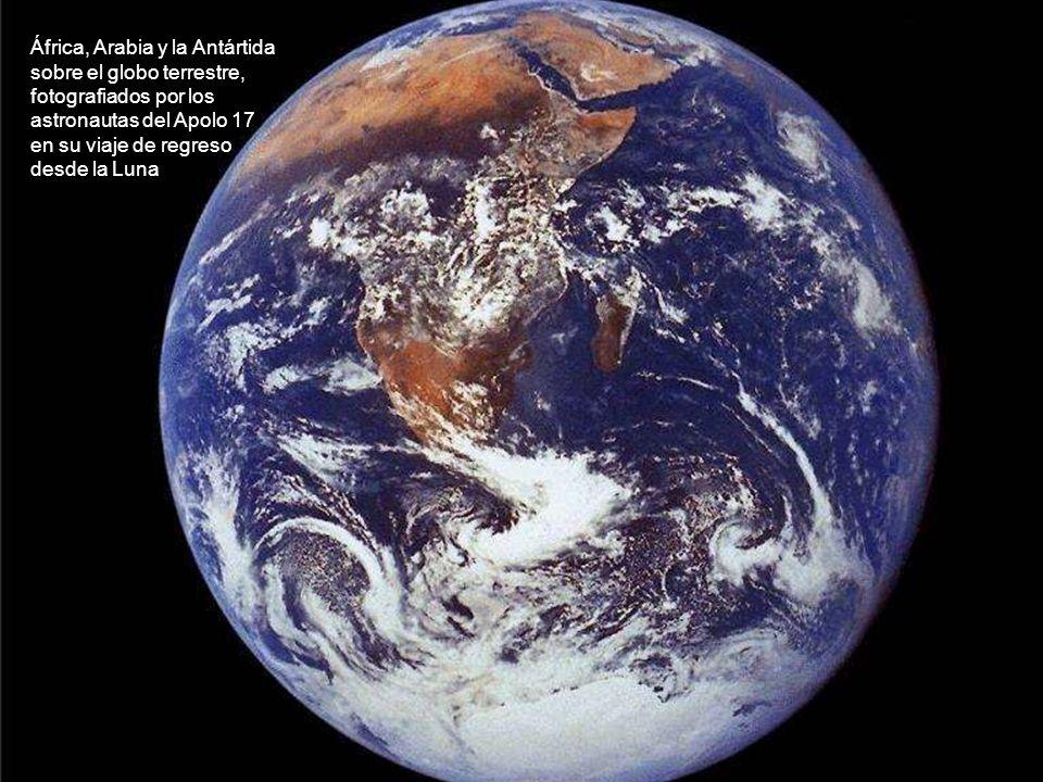 África, Arabia y la Antártida sobre el globo terrestre, fotografiados por los astronautas del Apolo 17 en su viaje de regreso desde la Luna