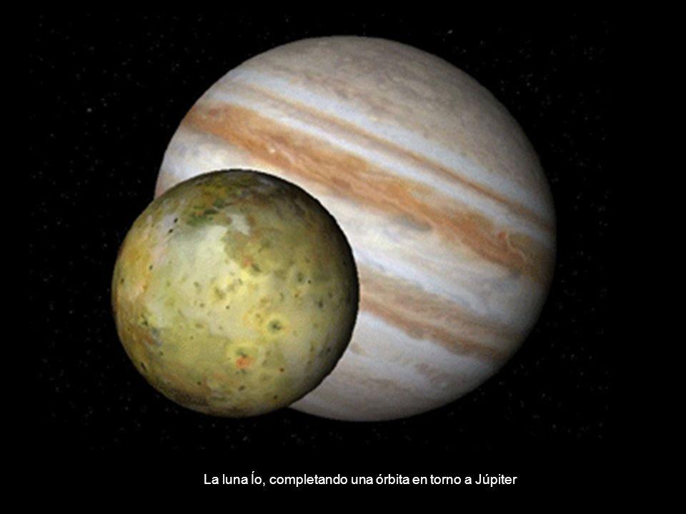 La luna Ío, completando una órbita en torno a Júpiter