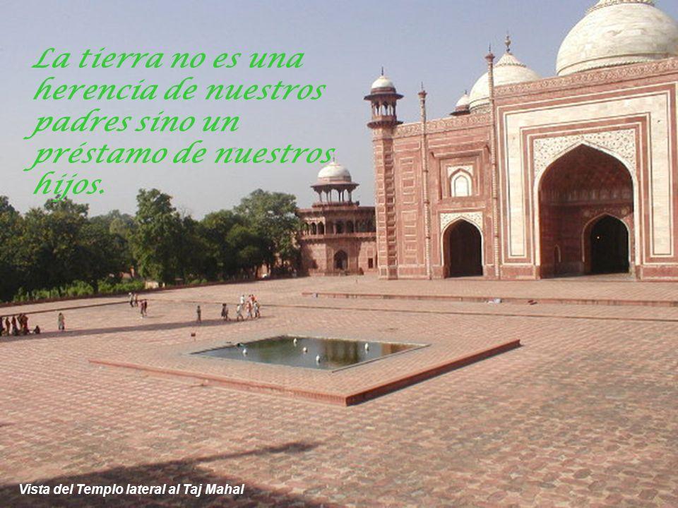 Otra vista del Taj Mahal y uno de los templos laterales La ignorancia es pasajera, el conocimiento perdura.
