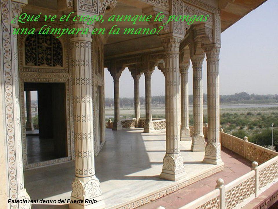 Entrada al Fuerte Rojo de Agra – Fortaleza cuyos muros contienen varios edificios notables Hay que desconfiar siete veces del cálculo y setenta del ca