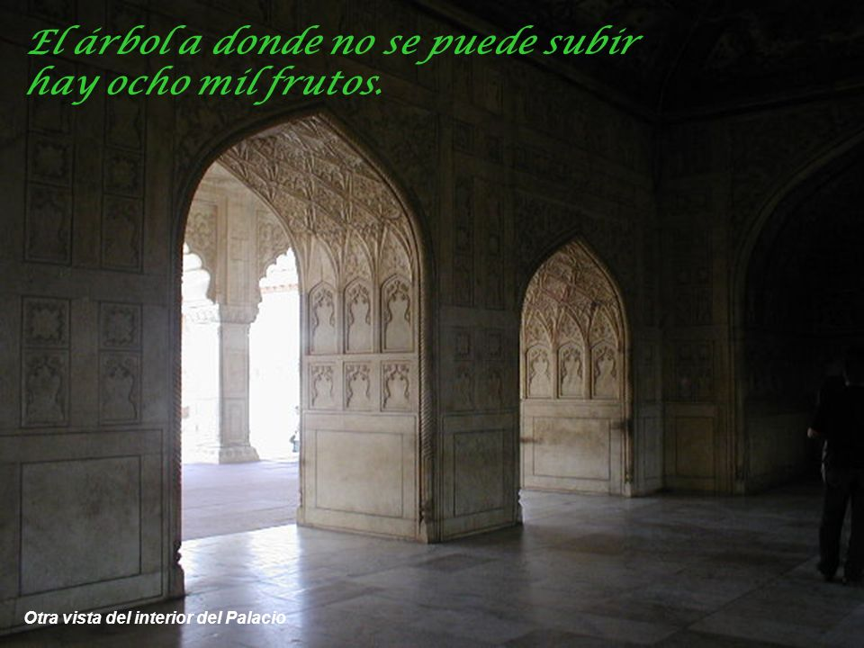Interior del Palacio, detalles de bajo relieves tallados en mármol y aberturas de mármol caladas El hombre que desee estar tranquilo ha de ser sordo,