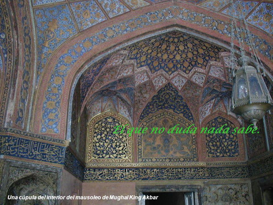 Mausoleo tumba del gran emperador Mughal King Akbar en Sikendra a diez kilómetros de Agra Hay tanto de bueno en el peor y tanto de malo en el mejor qu