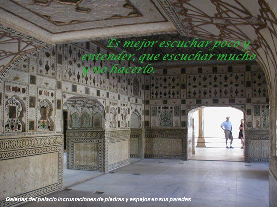Desde el interior del palacio y a través de un panel de mármol calado se ve uno de los patios