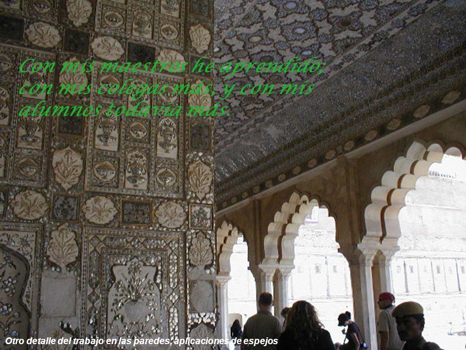 Galerías del palacio incrustaciones de piedras y espejos en sus paredes Es mejor escuchar poco y entender, que escuchar mucho y no hacerlo.
