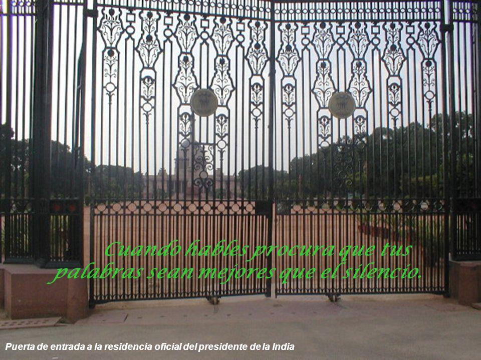 Puerta de la India; homenaje a los soldados indios muertos en la 2° guerra mundial y en Afganistán El corazón en paz ve una fiesta en todas las aldeas