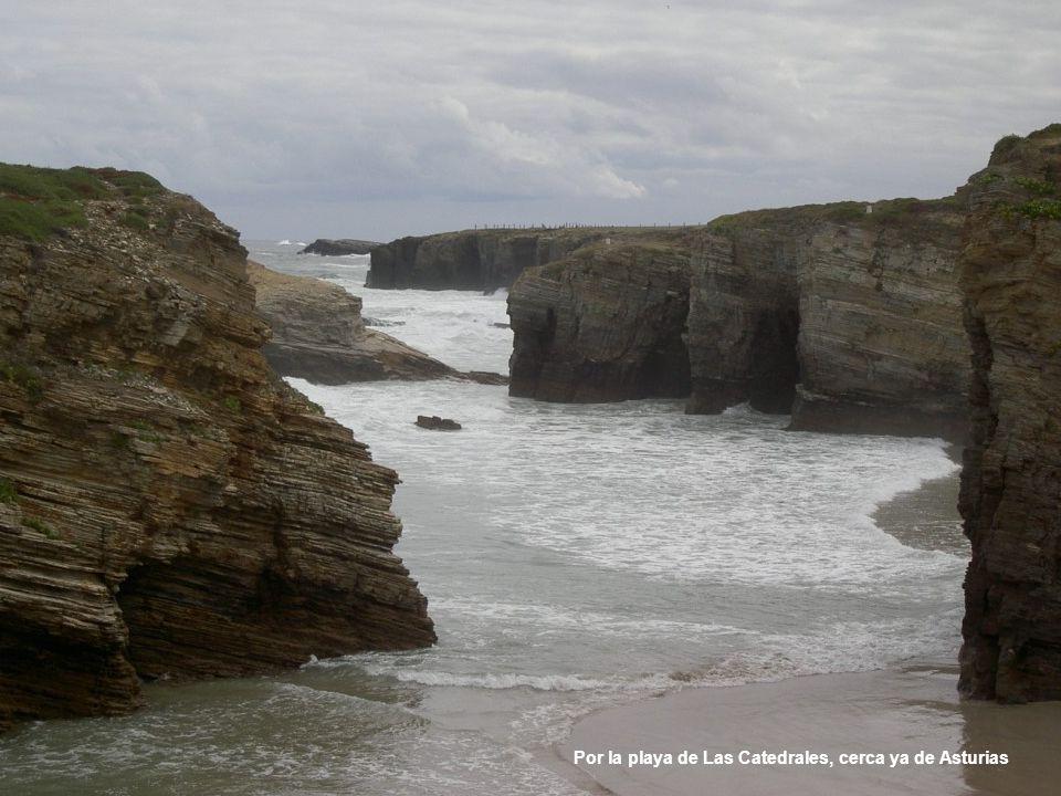 Por la playa de Las Catedrales, cerca ya de Asturias