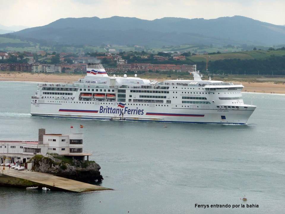 Ferrys entrando por la bahía