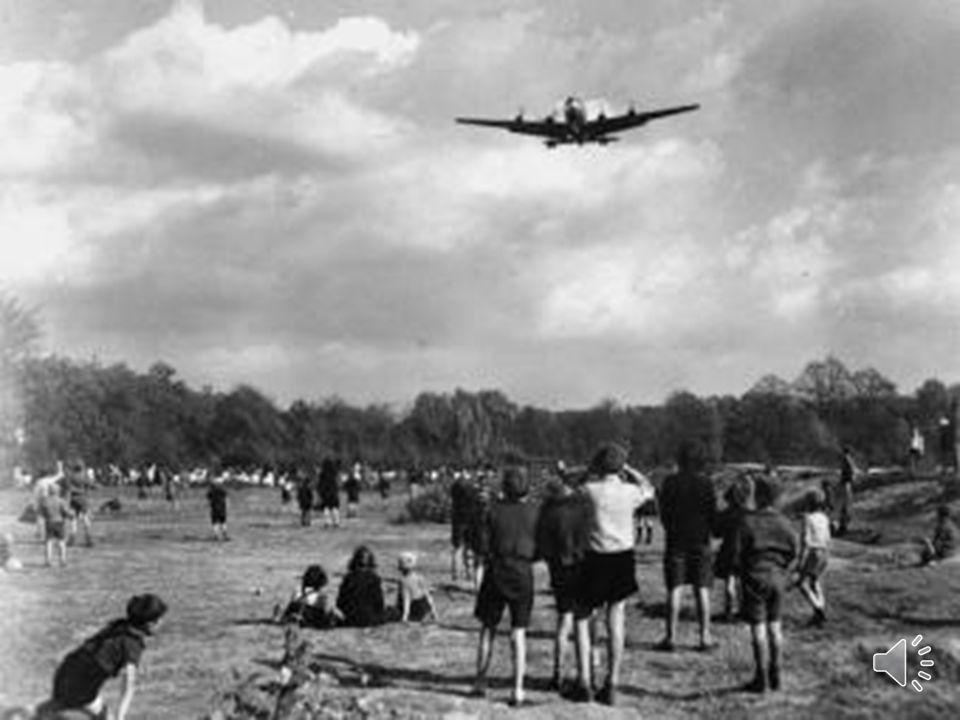 El 26 de junio de 1948 Los países occidentales respondieron al bloqueo con un puente aéreo para abastecer a los dos millones de personas que habitaban