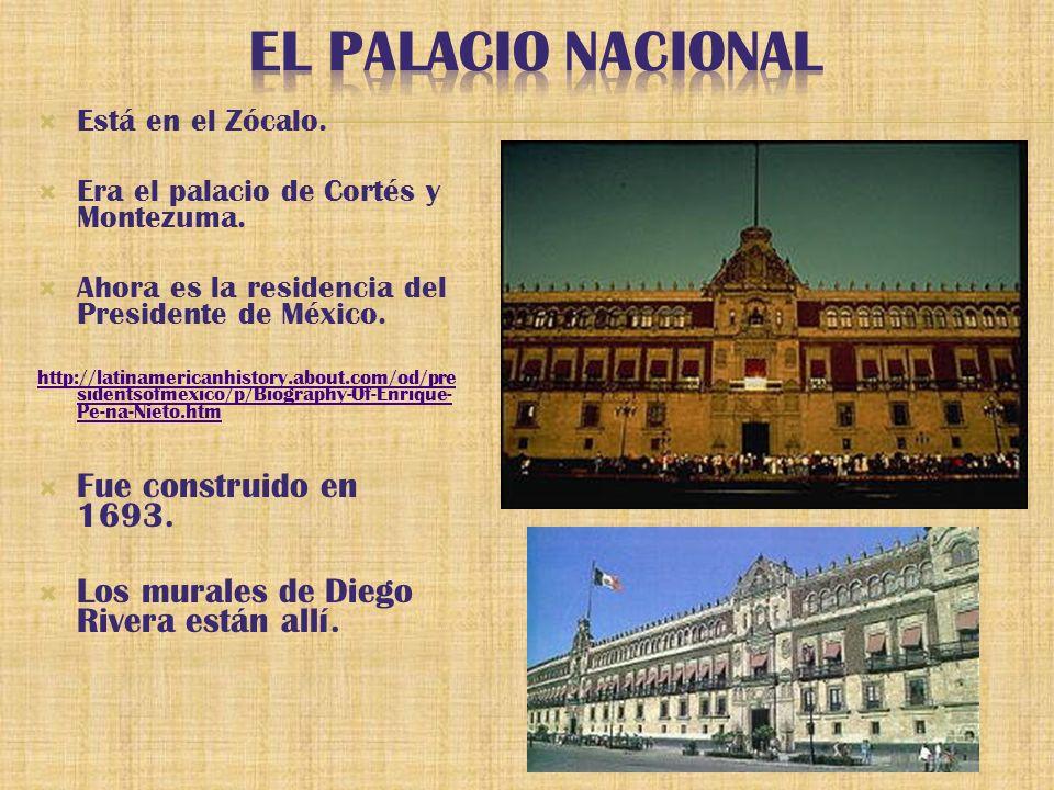 Está en el Zócalo. Era el palacio de Cortés y Montezuma.