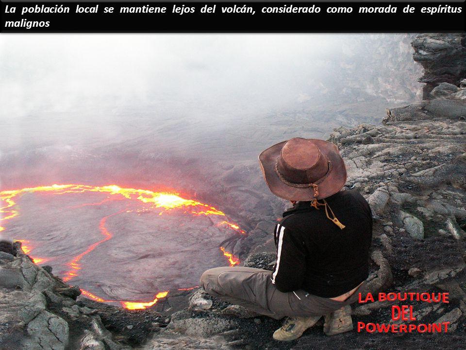 Este volcán no tiene uno, sino dos cráteres. El más activo es conocido como la puerta del infierno.