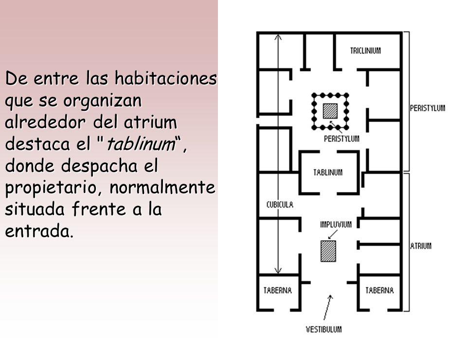 La puerta de entrada se sitúa en el centro de la fachada, dando paso a un vestíbulo alargado o