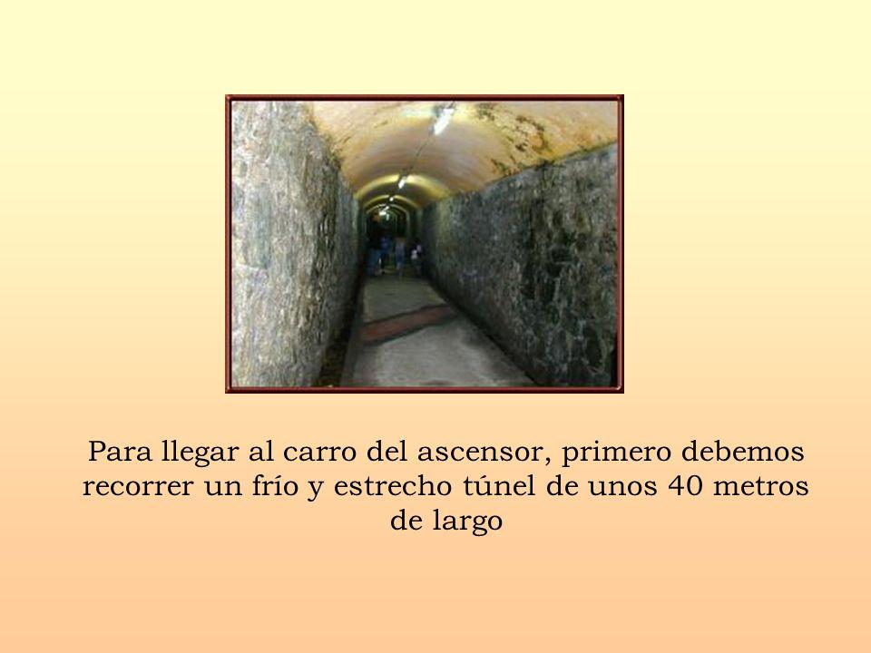 Para llegar al carro del ascensor, primero debemos recorrer un frío y estrecho túnel de unos 40 metros de largo