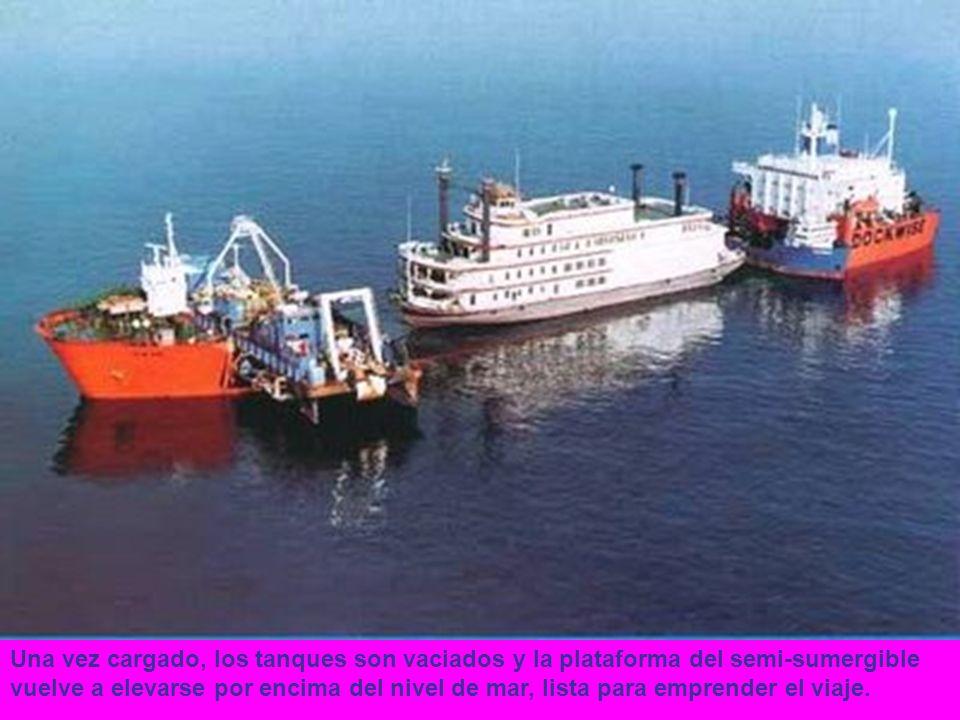 Una vez cargado, los tanques son vaciados y la plataforma del semi-sumergible vuelve a elevarse por encima del nivel de mar, lista para emprender el v