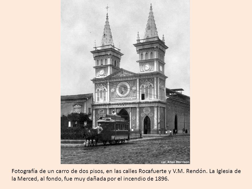 Fotografía de un carro de dos pisos, en las calles Rocafuerte y V.M.