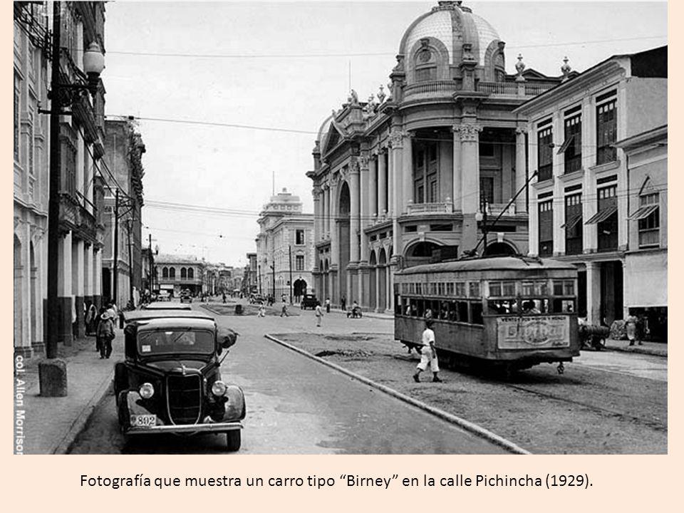 Fotografía que muestra un carro tipo Birney en la calle Pichincha (1929).