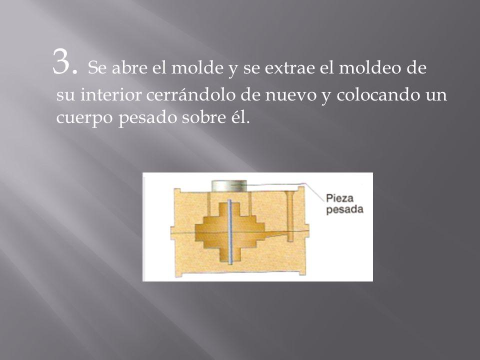 3. Se abre el molde y se extrae el moldeo de su interior cerrándolo de nuevo y colocando un cuerpo pesado sobre él.