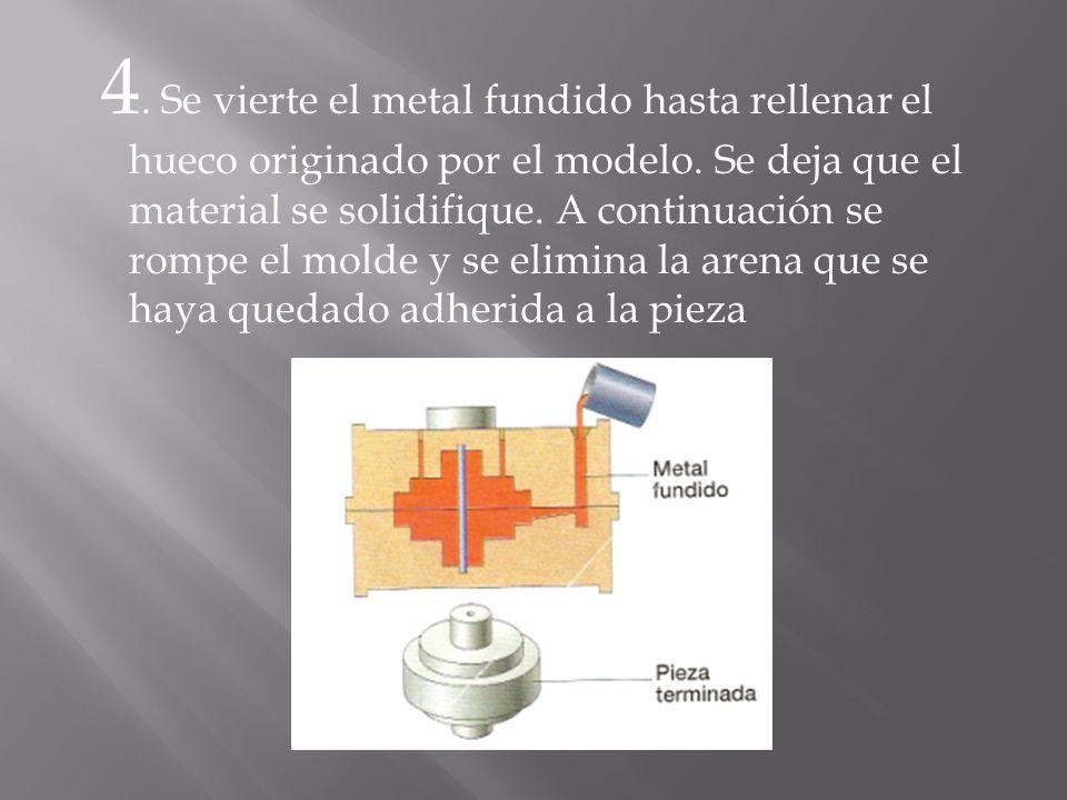 4. Se vierte el metal fundido hasta rellenar el hueco originado por el modelo. Se deja que el material se solidifique. A continuación se rompe el mold