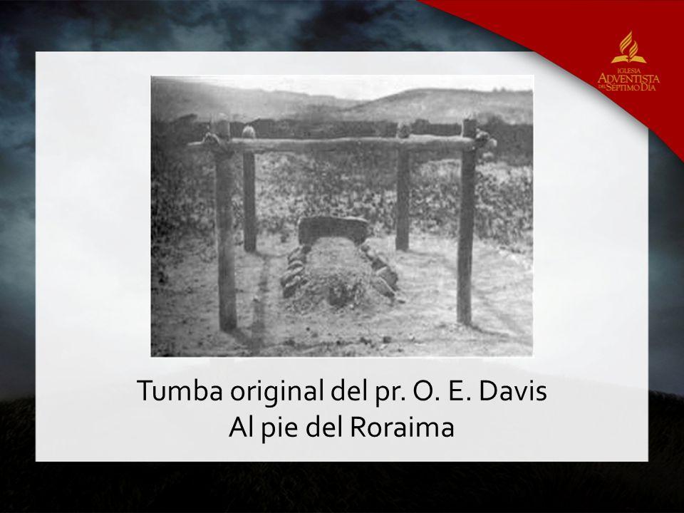 Tumba original del pr. O. E. Davis Al pie del Roraima