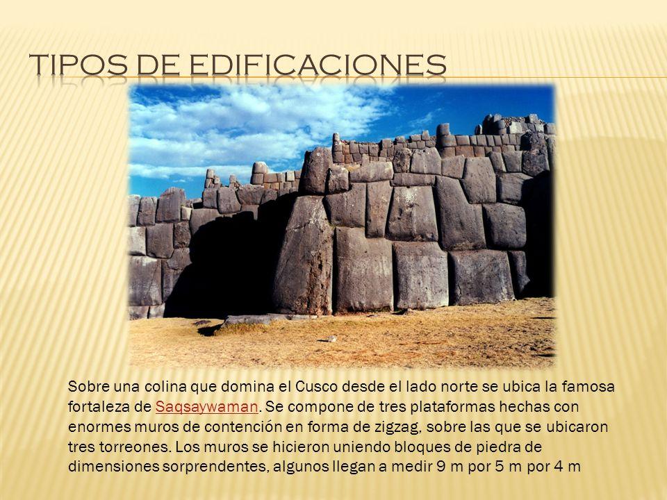 Sobre una colina que domina el Cusco desde el lado norte se ubica la famosa fortaleza de Saqsaywaman. Se compone de tres plataformas hechas con enorme