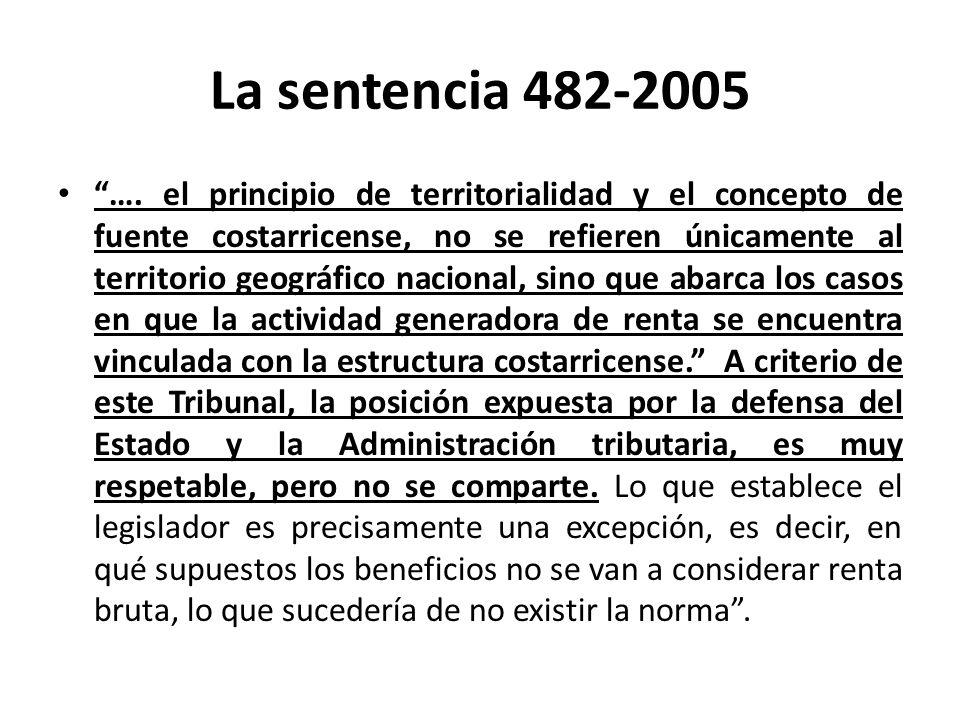 La sentencia 482-2005 La diferenciación entre: 1.- ingresos generados por negocios sobre bienes o capitales localizados en el exterior, producto de una actividad empresarial realizada en el país, y 2.- ingresos producidos por contratos sobre bienes o capitales localizados en el exterior, que no se deriva de una actividad organizada económica y administrativamente desde Costa Rica, no la hace la ley, sino que se deriva de una interpretación administrativa en violación al artículo 5 del Código de Normas y Procedimientos Tributarios y al principio de legalidad que rige la materia tributaria.