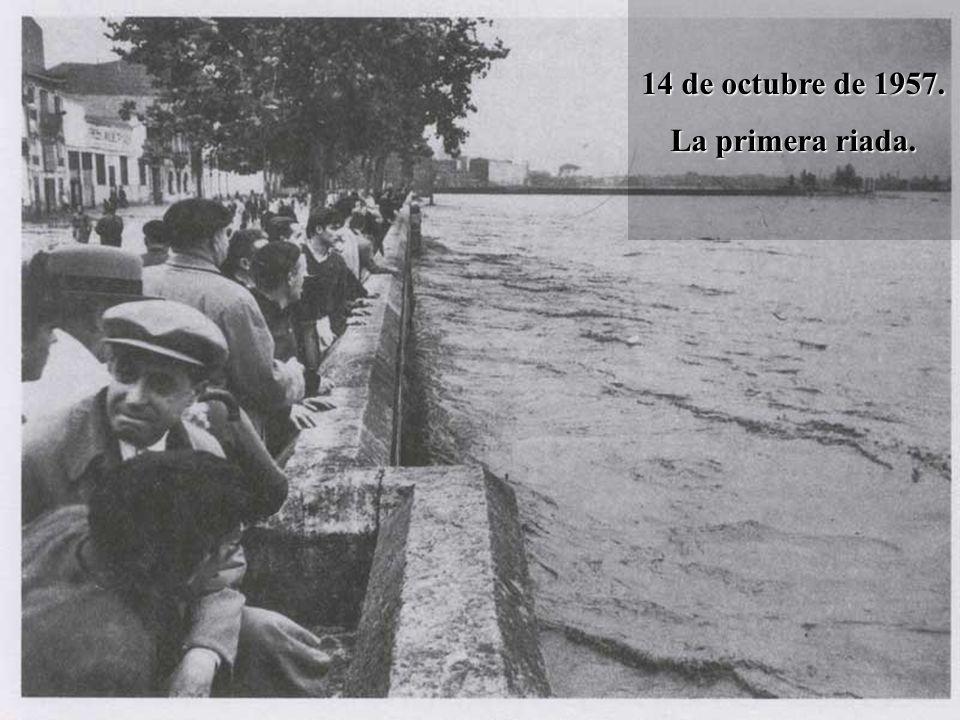 La segunda riada Hacia la una de la tarde, en Gobierno Civil y en el Ayuntamiento no había ninguna duda: una nueva inundación, mayor que la primera, se acercaba: El río iba mucho más alto que en la noche anterior, calculándose un caudal de 3500 metros cúbicos por segundo.