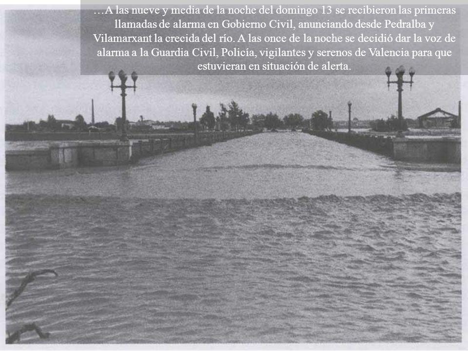 …A las nueve y media de la noche del domingo 13 se recibieron las primeras llamadas de alarma en Gobierno Civil, anunciando desde Pedralba y Vilamarxant la crecida del río.
