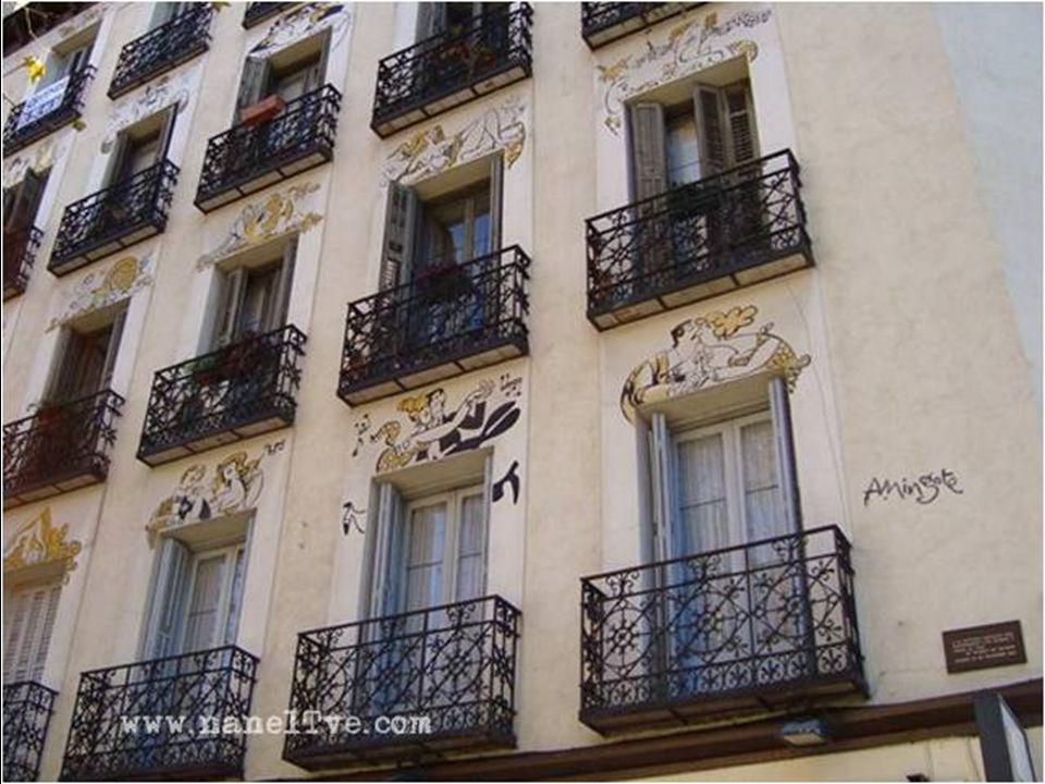 Adornando los balcones del edificio, aparecen distintos personajes de este genial dibujante mostrándonos distintas situaciones cotidianas.