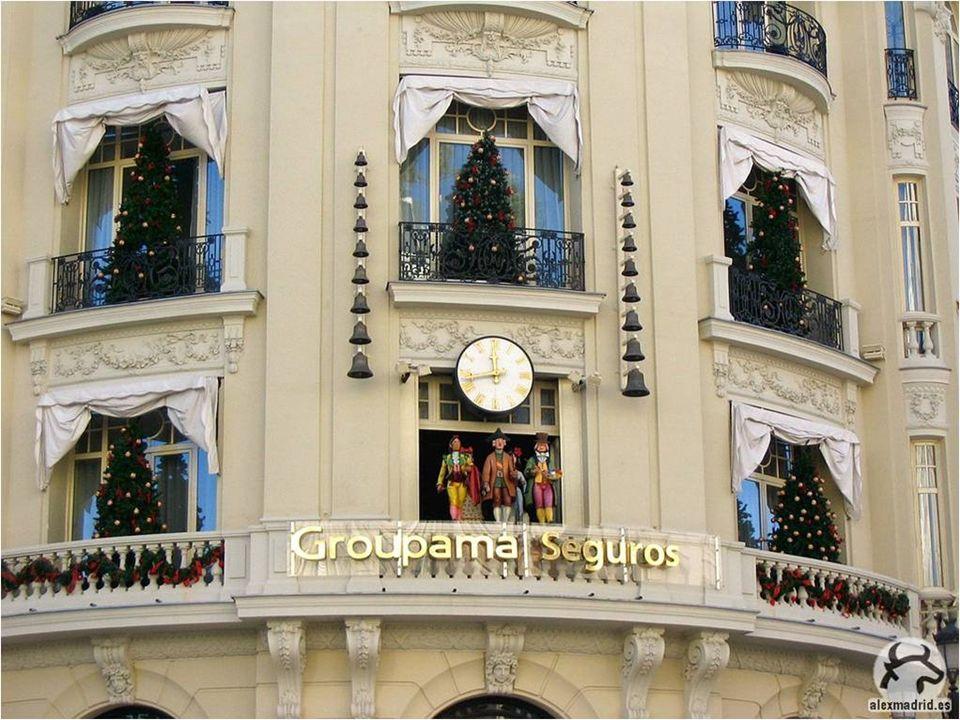 Los insignes personajes salen a saludarnos todos los días a las 12.00 y a las 20.00, pero en Navidades hay un horario especial.