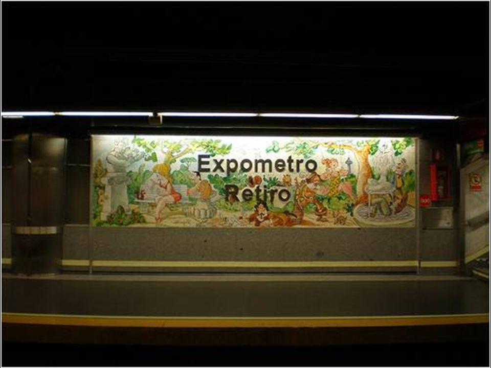 La primera parada nos lleva hasta la estación de metro de Retiro donde el alcalde honorario de este parque, según decisión de Tierno Galván, nos dejó varios murales de cerámica colocados en el mismo andén.