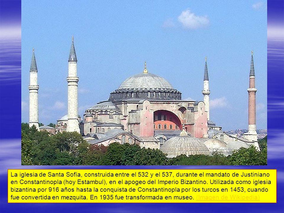 La iglesia de Santa Sofía, construida entre el 532 y el 537, durante el mandato de Justiniano en Constantinopla (hoy Estambul), en el apogeo del Imper