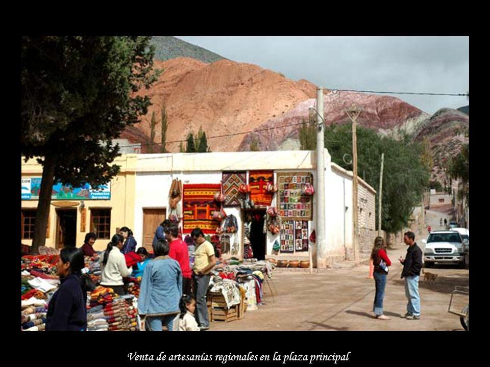 Venta de artesanías regionales en la plaza principal
