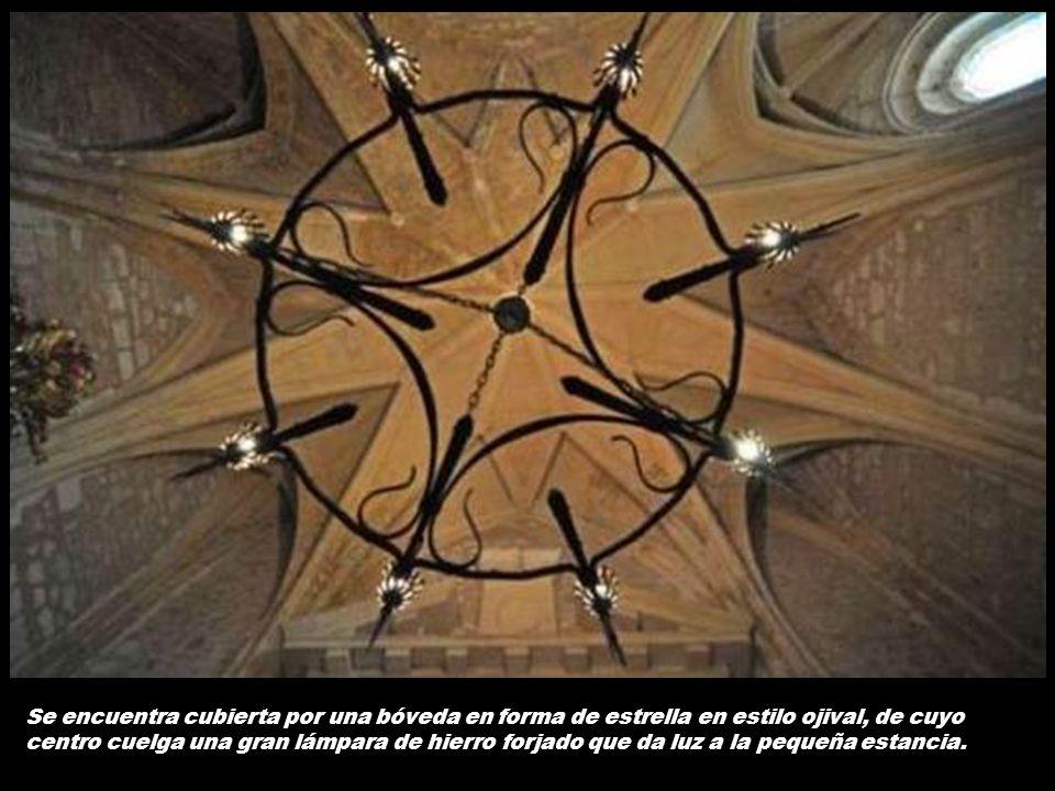 Además, bajo cada escudo están también presentes los objetos que representan a los Reyes Católicos: por un lado, el yugo y la coyunda, y por otro, las