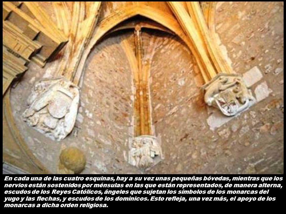 Se encuentra cubierta por una bóveda en forma de estrella en estilo ojival, de cuyo centro cuelga una gran lámpara de hierro forjado que da luz a la p