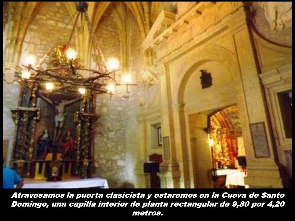 Presidiendo la capilla hay un retablo barroco realizado en madera policromada que acoge en su centro un Calvario del siglo XVI y de autor desconocido
