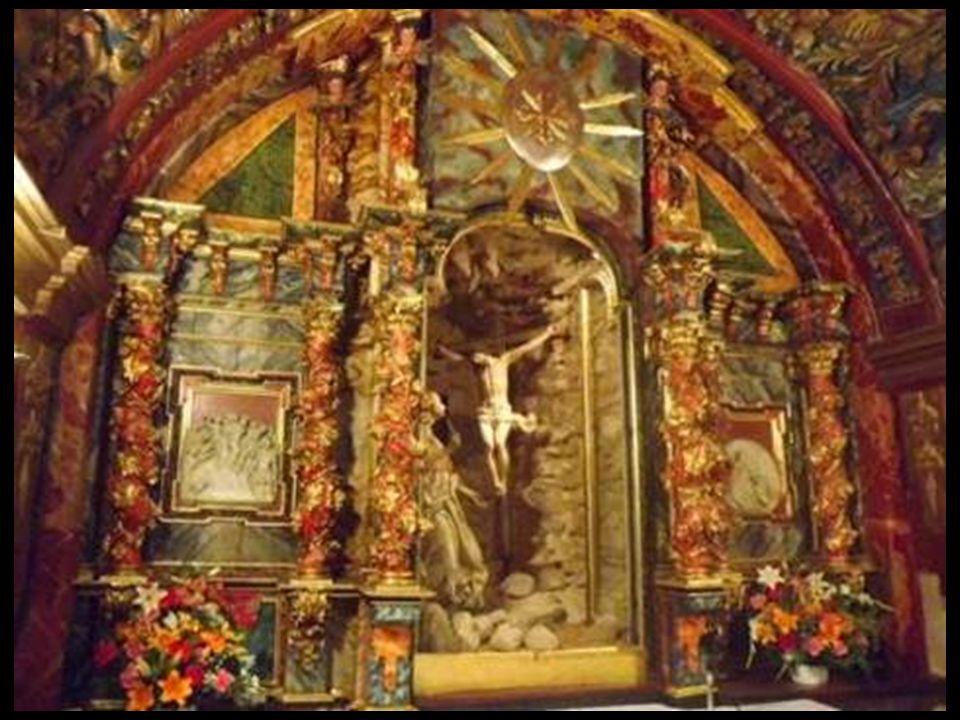Con una altura menor que la Capilla de los Reyes Católicos, la Cueva está cubierta por una bóveda de medio cañón recubierta con una armadura de madera
