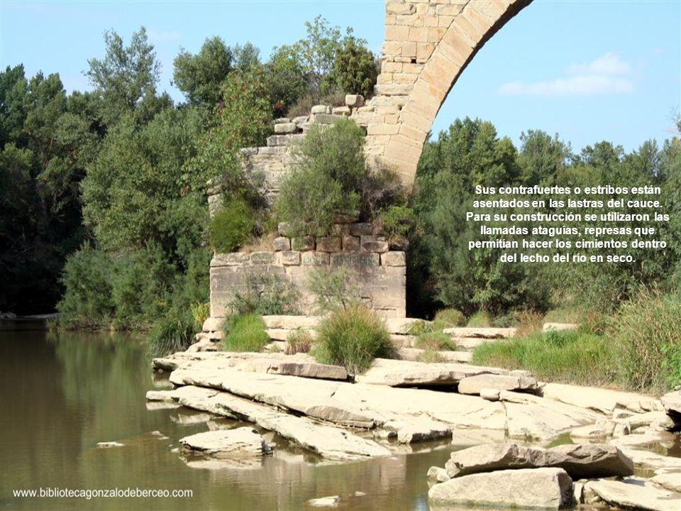Sus contrafuertes o estribos están asentados en las lastras del cauce. Para su construcción se utilizaron las llamadas ataguías, represas que permitía