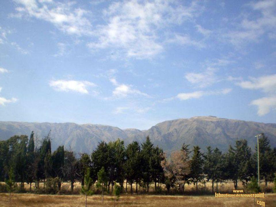 PAPAGAYOS Es un pintoresco pueblo situado sobre la falda de las Sierras Comechingones. La zona ha sido declarada por Parques Nacionales: UNIDAD DE CON