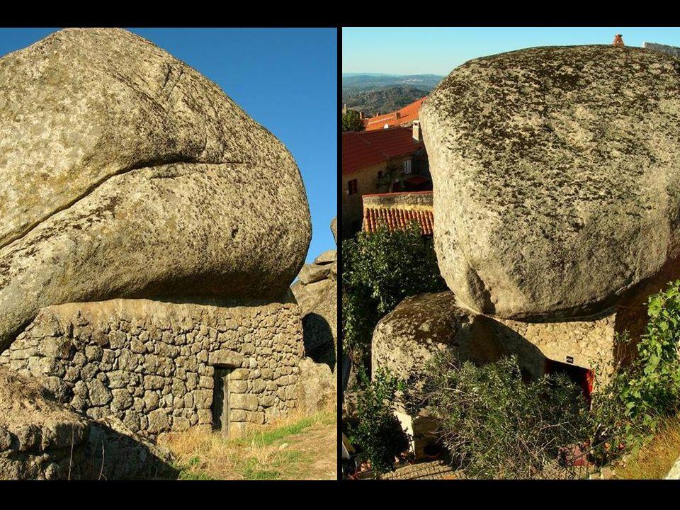 El aglomerado de casas se extiende cuesta arriba, aprovechando pedruscos de granito para sus paredes y, en algunos casos, un único bloque de piedra fo