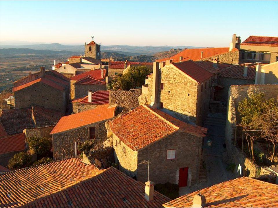 Entre las casas sobresale la Torre de Lucano (siglo XIV) rematada por un gallo de plata, trofeo atribuido a Monsanto en un concurso nacional celebrado