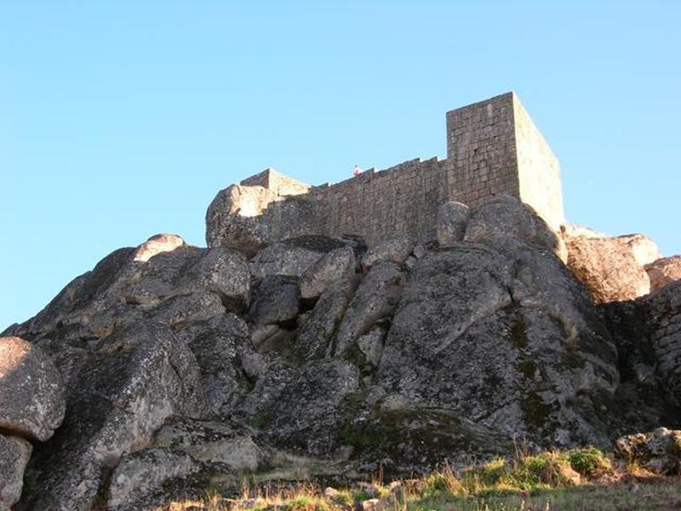 Su aspecto no ha cambiado en siglos, con callejuelas talladas en la roca. Algunas de las casas de granito con portadas de estilo manuelino y las ruina