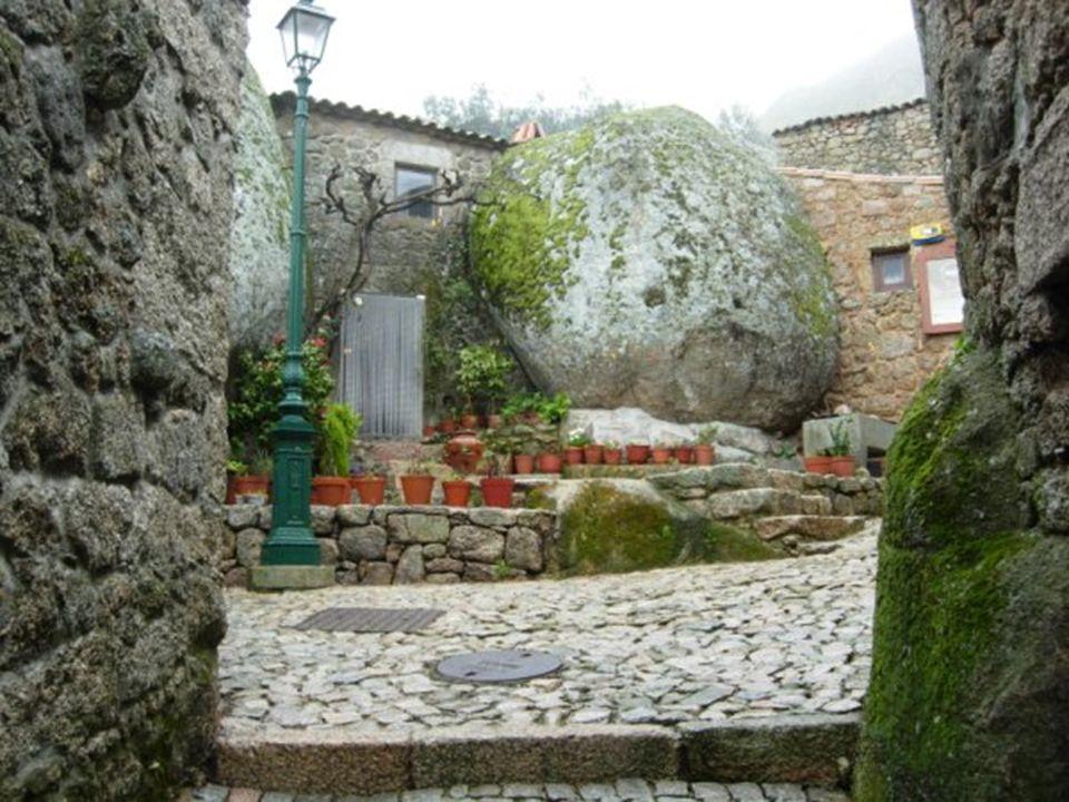 Al sureste de la Serra da Estrela se encuentra el encantador Monsanto, una antigua aldea fortificada en la ladera de una montaña. Con casas atrapadas