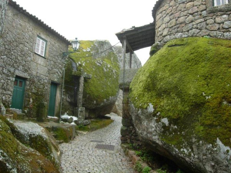 En este baluarte de guerra se sepultaban, en rocas excavadas, los valerosos caballeros en tiempos de la Reconquista Cristiana.