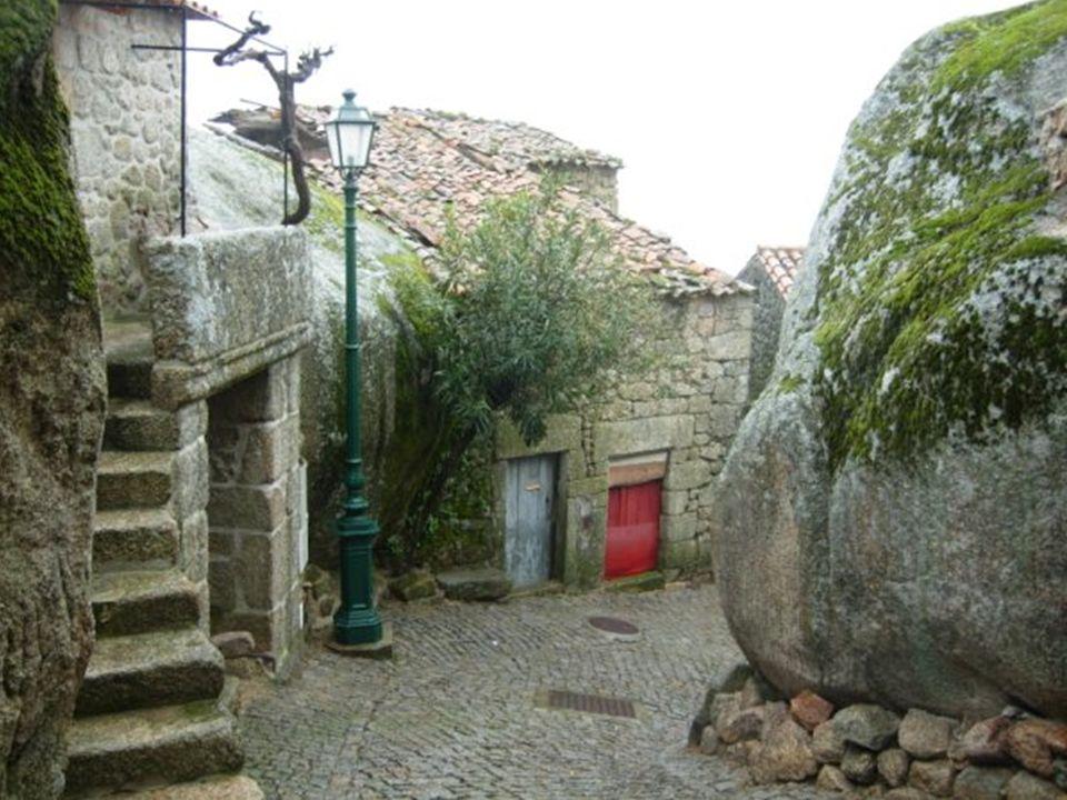 El aglomerado de casas se extiende cuesta arriba, aprovechando pedruscos de granito para sus paredes y, en algunos casos, un único bloque de piedra forma el tejado, razón por la que aquí se dice que las casas son de una sola teja .
